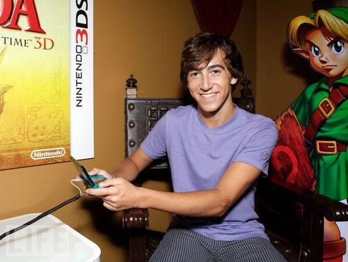 Vincent playing Zelda on নিন্টেডো 3DS