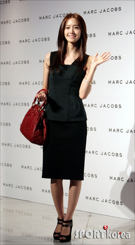 Yoona at Marc Jacobs' 2011 F/W 表示する in Seoul