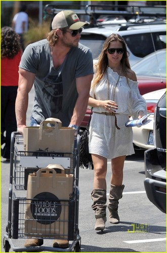 Chris Hemsworth & Elsa Pataky: Grocery Run!