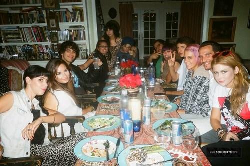 Demi - At Hannah's makan malam, majlis makan malam Party - August 24, 2011