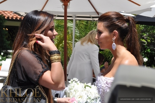 Demi - Kim Kardashian's Bridal vòi hoa sen - August 2011