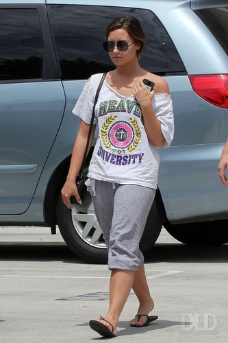 Demi - Walks back to her car after visiting her doctor in Burbank, CA - August 26, 2011
