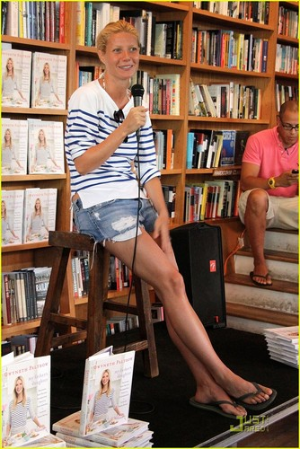 Gwyneth Paltrow: Book Signing in the Hamptons!