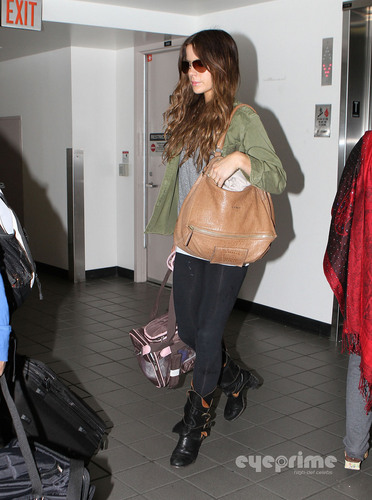 Kate Beckinsale arrives on a flight at LAX, Aug 26