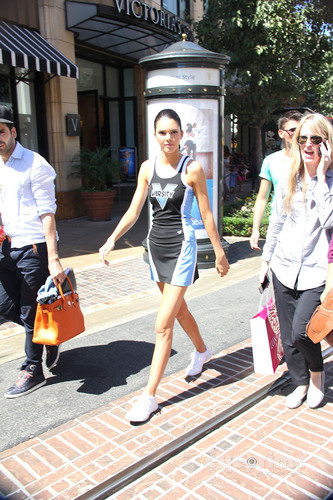 Kendall Jenner visits Extra hiển thị at the Grove in Hollywood, August 25