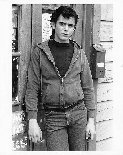 ponyboy curtis Ponyboy has many physical characteristics that make him a distinct person in the story a description he gives of himself is, my hair is longer than a lot of boys wear theirs, squared off in back and long in the front and sides, but i am a greaser and most greasers rarely bother to get a haircut.