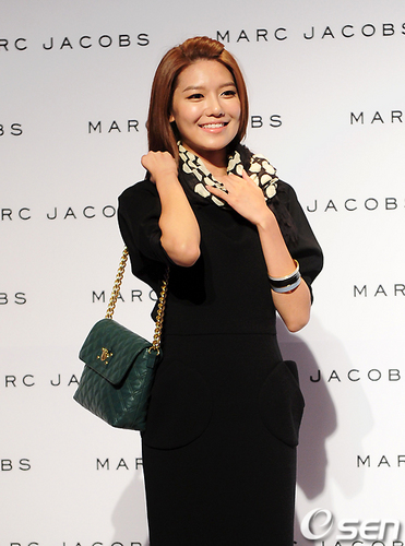 Sooyoung at Marc Jacobs' 2011 F/W 表示する in Seoul