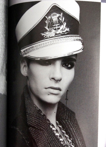 Tom & Bill Kaulitz fond d'écran with a bearskin and a full dress uniform titled WWD