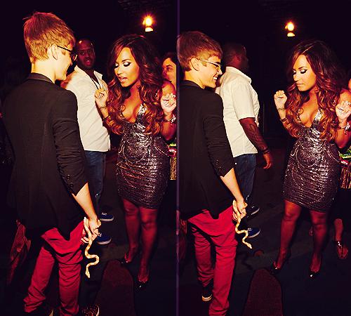 Demi Lovato & Selena Gomez peminat-peminat kertas dinding containing a konsert called @justinbieber menunjukkan @ddlovato his SNAKE ! (VMA)