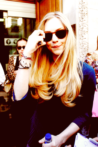Leyton Family<3 hình nền containing sunglasses called Amanda Seyfried