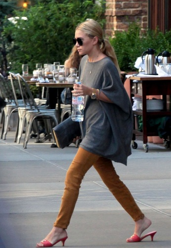 Ashley -  Leaves her Manhattan apartment, 11, August, 2011