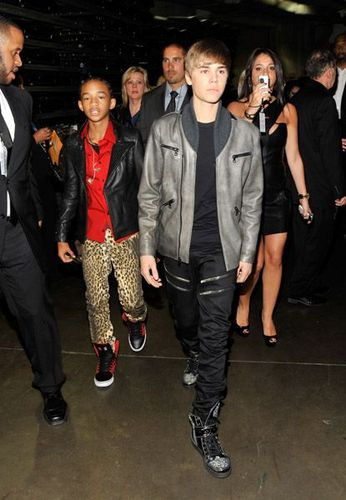 Jaden Smith Hintergrund with a business suit and a well dressed person titled Jaden Smith & Justin Bieber