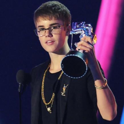Justin Bieber Holding His VMA Award!