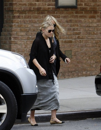 Mary-Kate & Ashley -  Leave a downtown hotel, 04. August , 2011