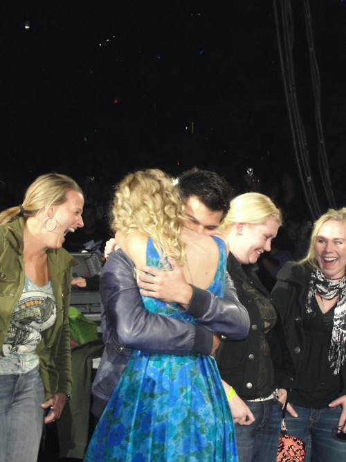 Taylor Lautner And Taylor Swift Hugging At Her Concert Taylor Swift Photo 24924257 Fanpop