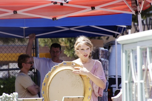 Taylor - Shopping at Melrose and Fairfax flea market in Los Angeles - August 28, 2011
