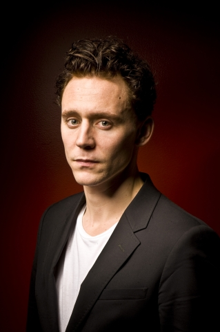 Tom Hiddleston fond d'écran containing a business suit, a suit, and a double breasted suit titled Tom Hiddleston