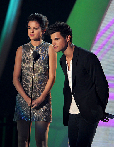 tay and sele at the VMA'S