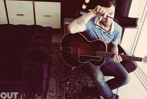 Adam Levine wallpaper with an acoustic guitar and a guitarist entitled Adam Levine