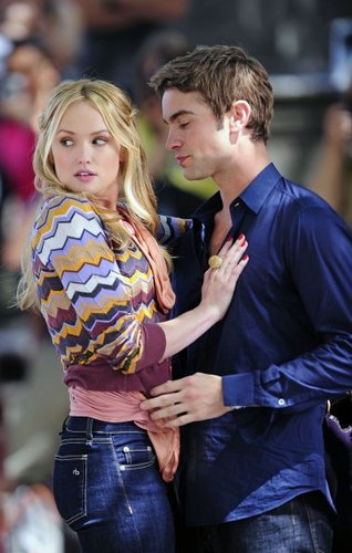 Gossip Girl - Season 5 - Set foto's - Kaylee DeFer and Chace Crawford - 1st September 2011