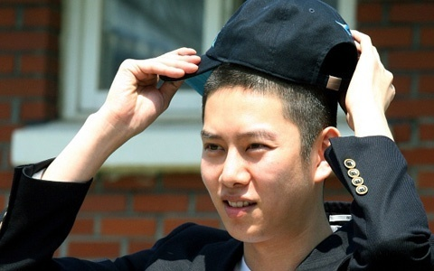 Heechul Leaves for Army