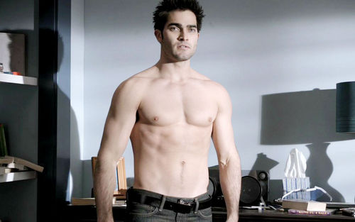 Tyler Hoechlin achtergrond with a homp, stoere binken and a six pack called Hoechlin