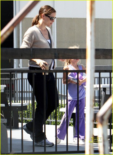 Jennifer Garner & violet Take Flight