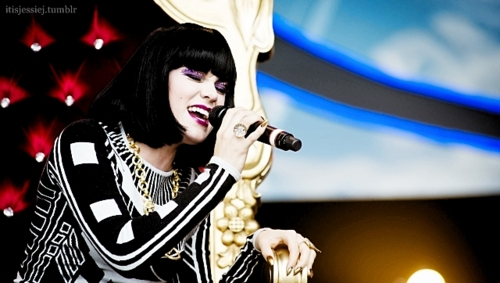 Jessie J karatasi la kupamba ukuta possibly containing a tamasha and a guitarist called Jessie J <3