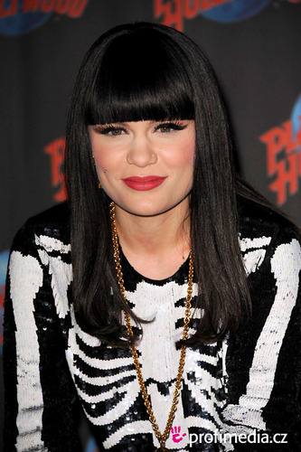 Jessie J fondo de pantalla probably containing a portrait titled Jessie J <3