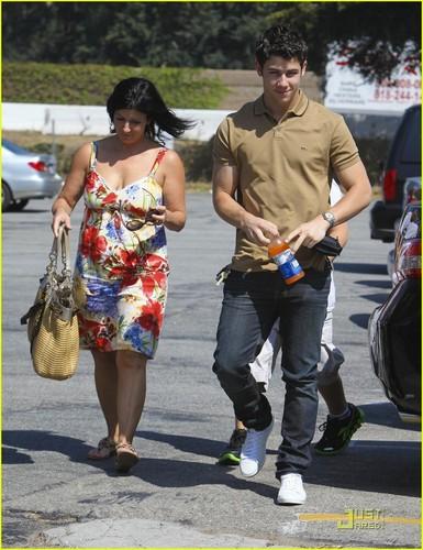 Nick Jonas: Family Fun دن (09.02.2011) !!!