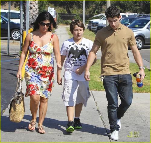 Nick Jonas: Family Fun araw (09.02.2011) !!!