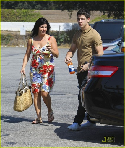 Nick Jonas: Family Fun দিন (09.02.2011) !!!