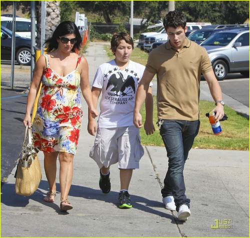 Nick Jonas: Family Fun Day (09.02.2011) !!!
