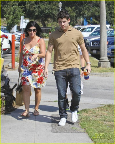 Nick Jonas: Family Fun 日 (09.02.2011) !!!