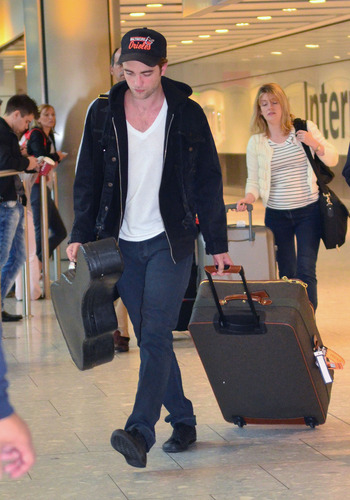 Untagged HQ's Of Robert Pattinson Arriving In Heathrow Airport लंडन (Sept 4th)