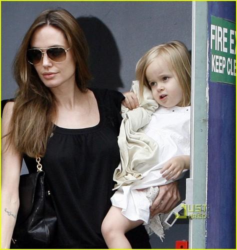 Angelina Jolie & Brad Pitt: Smurfs with the Kids!