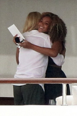 Beyoncé & जे-ज़ी Spotted on Yacht in Venice with Gwyneth Paltrow- 5th Sept