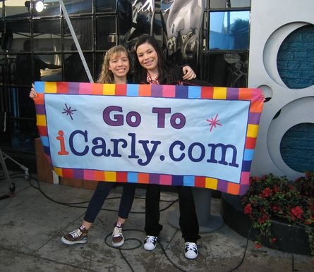 Carly & Sam with their getting mais viewers sign