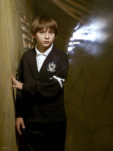 Cast - Promotional foto - Jared Gilmore as Henry zwaan-, zwaan
