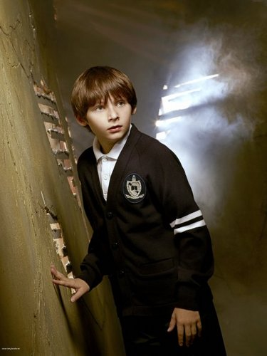 Cast - Promotional фото - Jared Gilmore as Henry лебедь