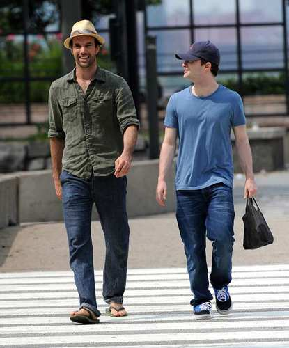 daniel radcliffe fondo de pantalla called Dan and a friend taking a stroll before How to Succeed (09.04.11) MQ