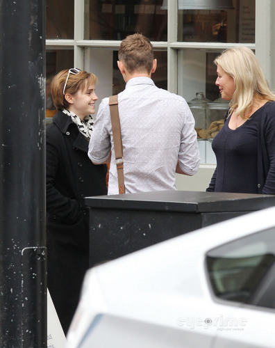 Emma Watson at a Cafe with دوستوں in London, Sep 7