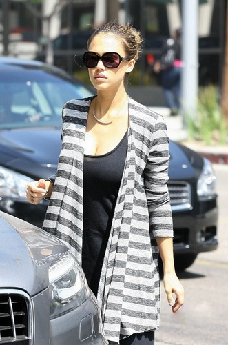 Jessica - Leaving Coffee sitaw & tsaa in Beverly Hills - August 31, 2011