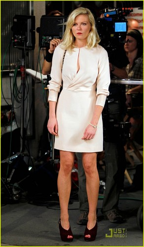 Kirsten Dunst & Isla Fisher: 'Bachelorette' Babes!