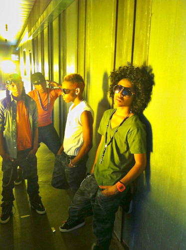 MB on the set of their NEW 음악 VIDEO!! Keeping it MINDLESS!! 1-4-3 ;)