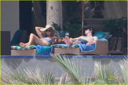 Nick Jonas & Delta Goodrem: Los Cabos for Labor ngày !!!