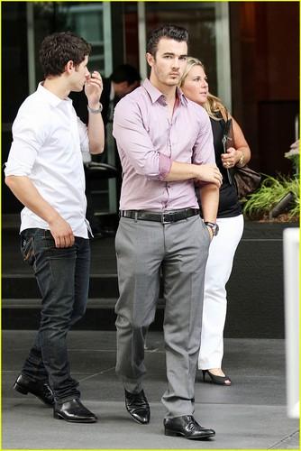 Nick & Kevin Jonas: Smiling Siblings (08.09.2011) !!!