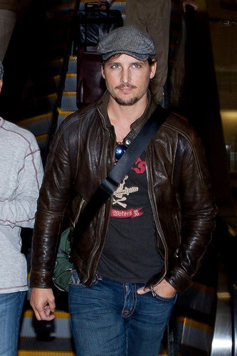 Peter Facinelli arrives at LAX (Los Angeles International Airport) and flashes the peace sign.