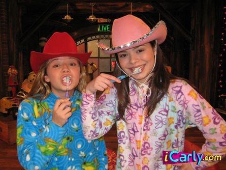 Sam & Carly brushing their teeth in PJ's