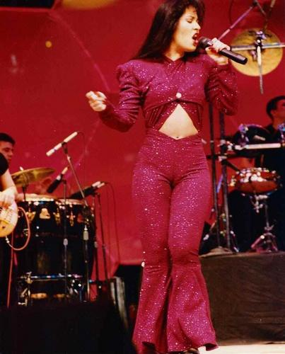 Selena Quintanilla-Pérez wallpaper containing a concert, a drummer, and a guitarist called Selena